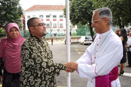Mujahid disambut Uskup Agung Murphy Pakiam di majlis perayaan Krismas Christian Federation